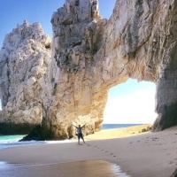 A pesar de que lo prohibieron siguen visitando playa en Arco de Cabo San Lucas